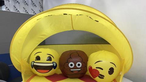 送Emoji沙灘波!Bossini聯乘Emoji限量別注版贈品