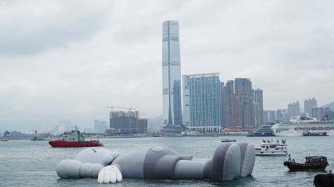 【中環好去處】37米巨型KAWS裝置終於游到維港!招牌「XX眼」臥姿公仔率先睇