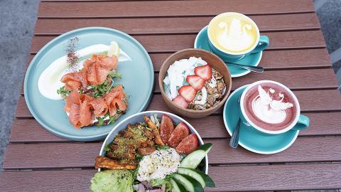 【西貢美食】西貢海旁靚景悠閒Café!煙三文魚多士/牛油果烤雞沙律