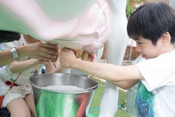 子母天然純牧農場體驗 免費派發全新包裝牛奶
