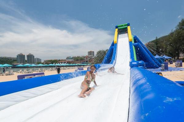 愉景灣11米充氣滑梯  免費任瀡 (圖: FB@香港愉景灣 Visit Discovery Bay)