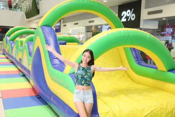 將軍澳中心特別舉辦《巴西夏日熱浪充氣嘉年華》,場內設置「20米運動狂熱充氣競技場」、「10米巴西亞馬遜充氣冒險區」兩大好玩區域,讓大人小朋友全身投入運動和遊戲世界