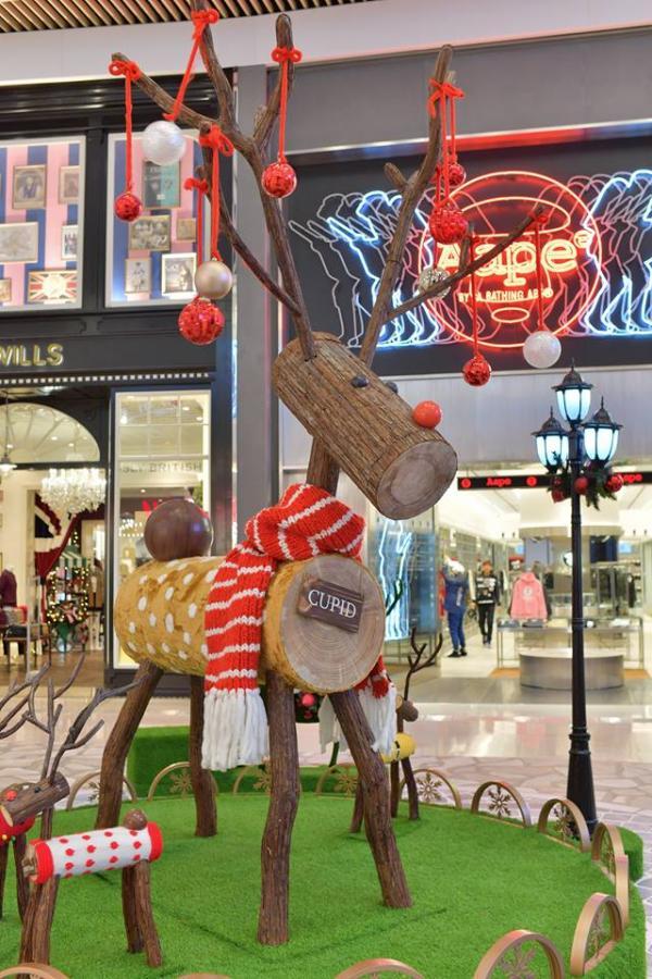 3.6米高的巨型馴鹿佇立於聖誕花園中央