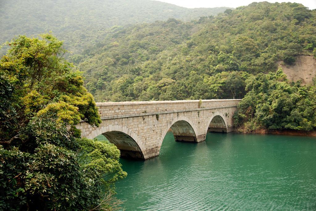 大潭笃水塘石桥的建筑充满欧洲色彩,景致怡人.