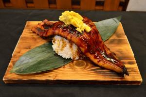 長沙灣隱世日本菜    10吋長浮誇原條鰻魚飯