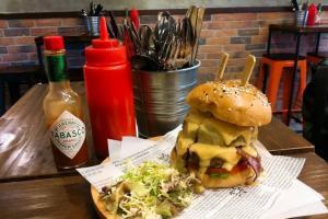 8層餡料啖啖肉!長沙灣超巨型公司漢堡店