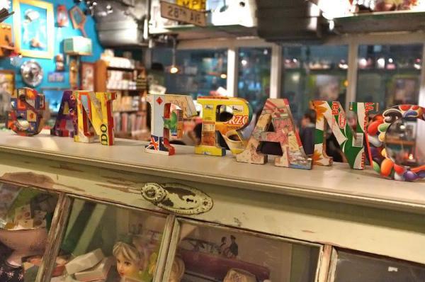 整間餐廳都放滿了經典懷舊玩具、精品、海報