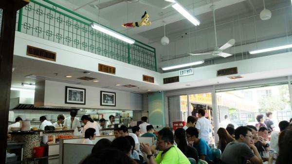 餐廳保留了舊冰室的高樓底假閣樓、水磨石地板及木製冷氣槽的設計。