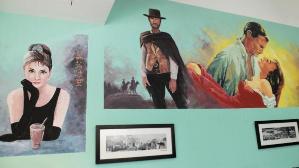 牆上的壁畫是由兩位專畫邵氏年代電影海報的老師傅繪製。