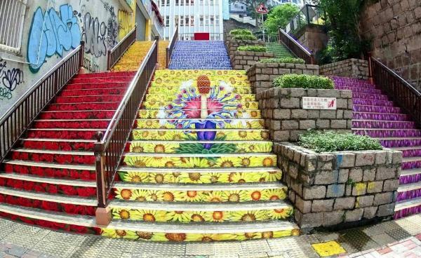 油麻地眾坊街花樓梯 鬧市中一片花海 (圖:FB@OMNI ART)