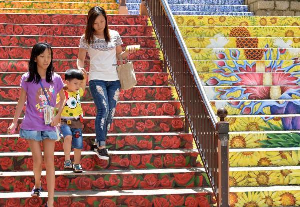 油麻地眾坊街花樓梯 鬧市中一片花海(圖:政府新聞網)