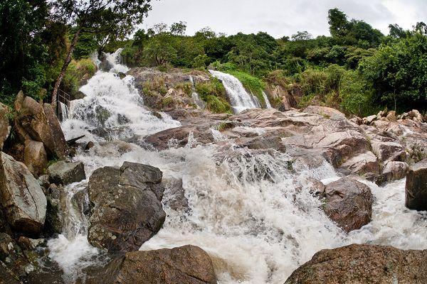 於雨季瀑布水勢更盛