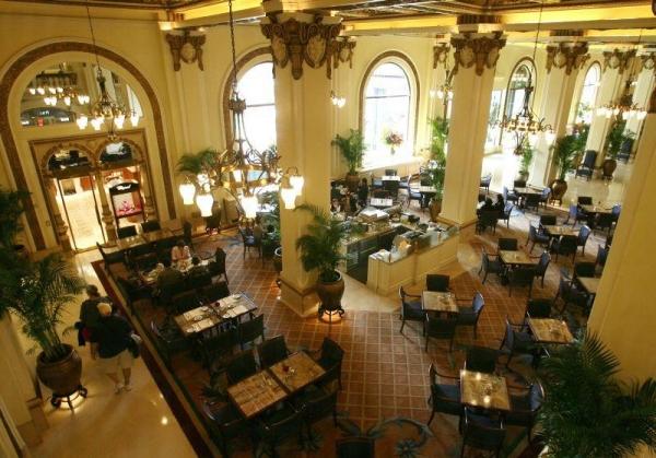 酒店大堂寬敞豪華。