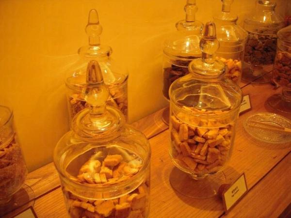 不同的玻璃瓶裝滿多款曲奇供人試食。