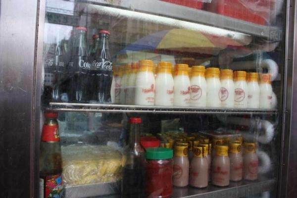 香港罕有的玻璃樽裝大公司鮮奶和「朱奶」。