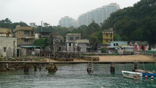 懷舊漁村與豪宅屏風樓,形成強烈對比。
