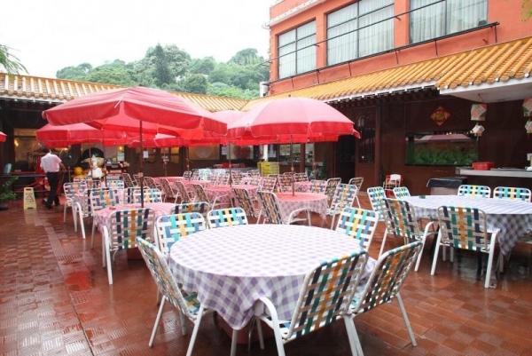 龍華設有露天園林座位。
