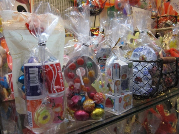 除了糖果外,有些糖果包會附有懷舊玩具。