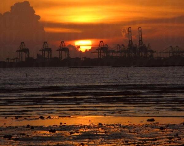上白泥被譽為擁有全港最美的欣賞落霞的地點。