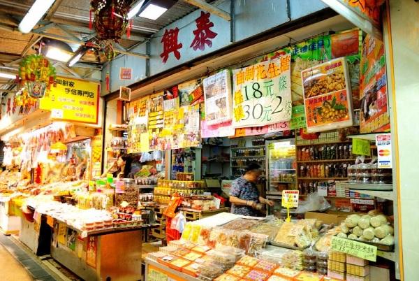 麥芽糖餅、川貝王皮乾、自家製花生糖、蠔豉和魷魚絲等港式小食,應有盡有。