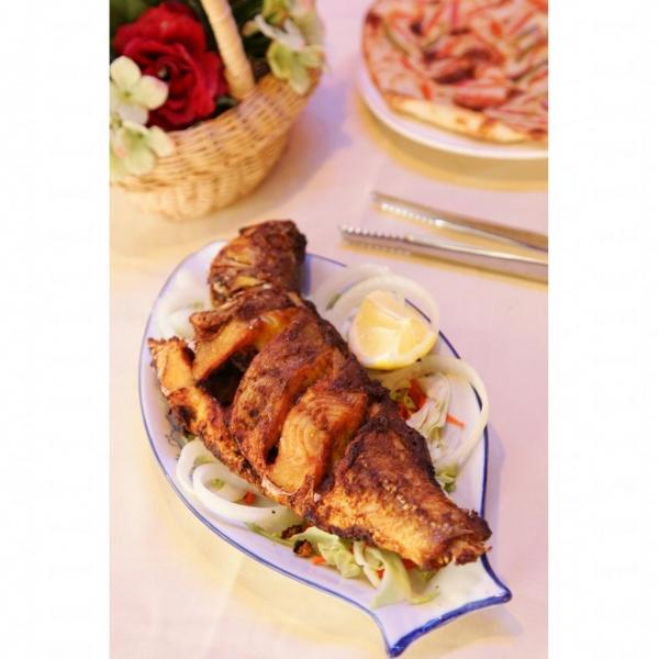 沙查亨餐廳招牌菜香燒魚脆肉鬆化。