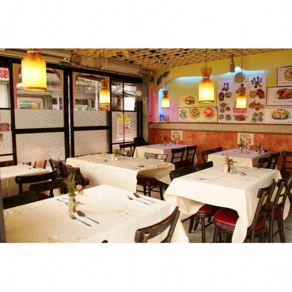 餐廳內裝潢帶南亞風情。