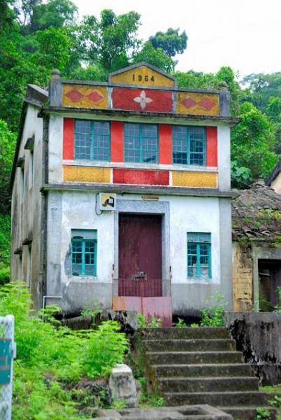 四、五肚的村屋保存得很好,而三肚的樓房已塌毀。