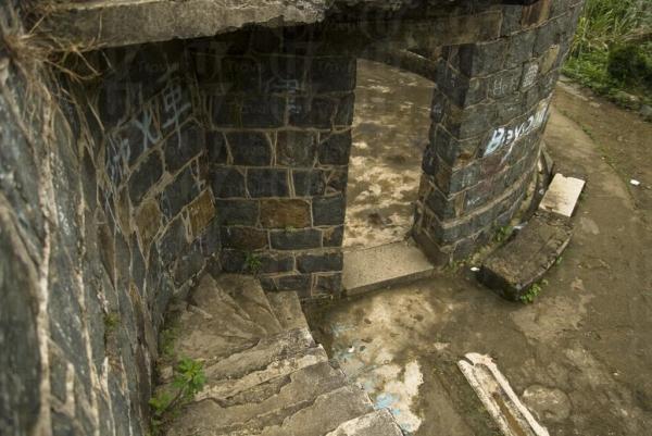 廢堡內的半截斷梯,設計獨特。