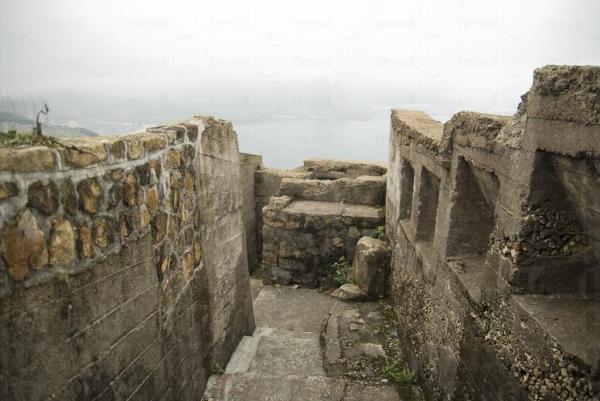 走在炮台山山頂可看到維港景色。