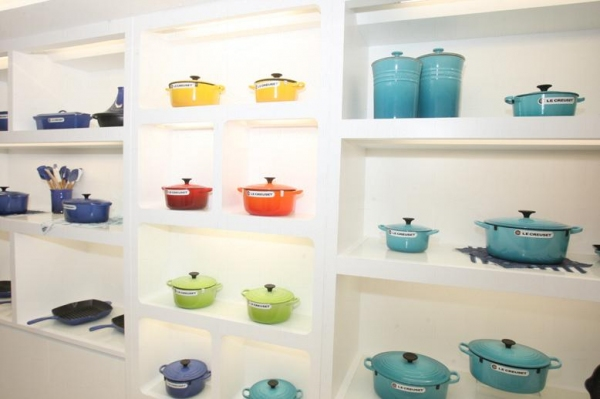 Le Creuset 廚具以充滿活力的彩色為主。