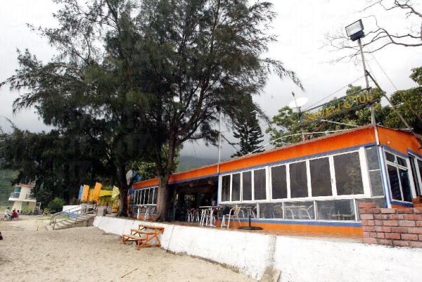沙灘開設了多間異國風情的餐廳。