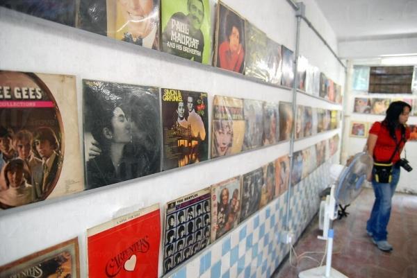 擺放了幾十年的黑膠唱片,十分有歷史價值。