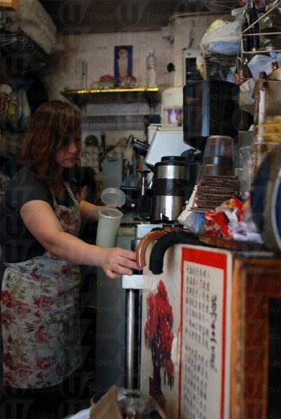Barista 調配咖啡一板一眼。