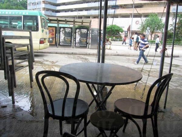 在晚市,餐桌更會多得擺至巴士站。