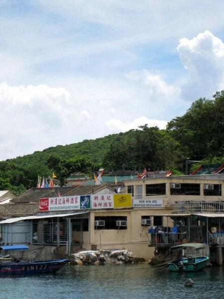 從碼頭向左手邊看過去,便會見到新漢記海鮮酒家的招牌。