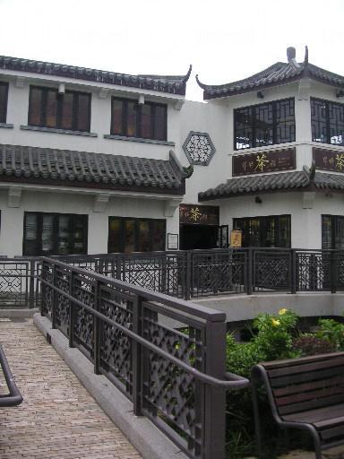 市集的翹簷迴廊有濃厚的中國色彩,與遠處寶蓮寺的建築風格相吻合,充分展現出昂坪的色彩。(相片來源:Clara Lee)