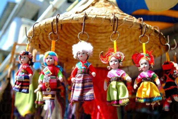店裡放置了許多民族木娃娃。