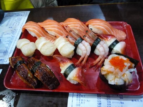 田中日本料理的壽司拼盤分量充足,包含 15 件壽司,價值 $ 135,絕對是抵食之選。(相片來源:Clara Lee)