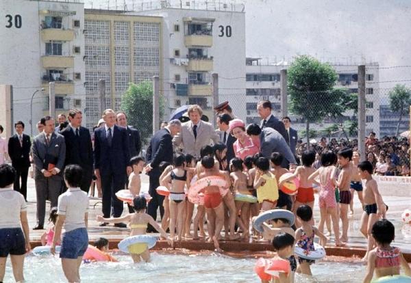 摩士公園內設有泳池,當中 1975 年時英女皇更曾蒞臨此地,與不少兒童交談。(相片來源:政府新聞處)