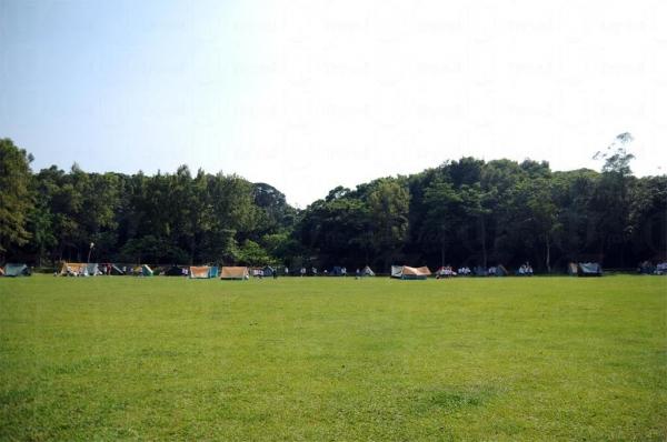 遊人可到民安隊登記在圓墩營的草原紮營。