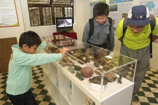 中心展示馬屎洲的獨特岩石。