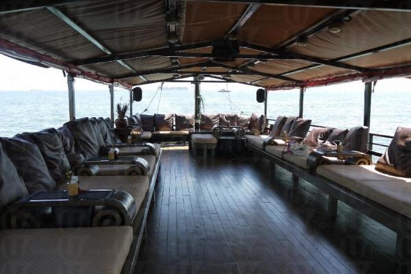船上設有可供整個人躺下的 lounge bed。