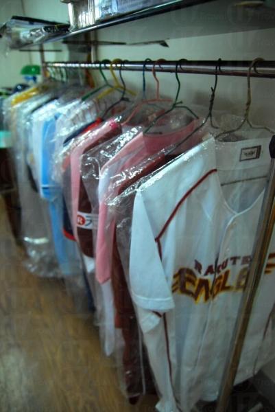 店內有有型棒球衣服出售。
