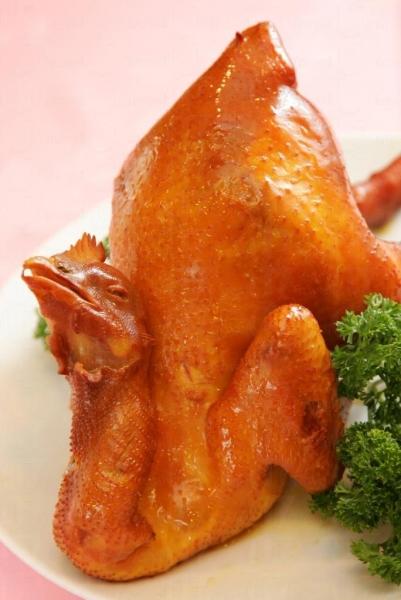 秘製煙燻太爺雞傳出煙燻香味。