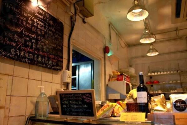 黑板上中英對照的寫上是日菜單,很有小家經營的感覺。
