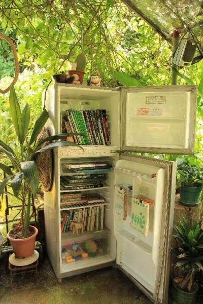 堅持環保的信念,店內不少物品都循環再用,如利用舊雪櫃作為書櫃。