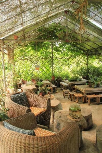 店內擺設以簡約為主,桌椅皆用竹或木製作而成,富有田園特色。