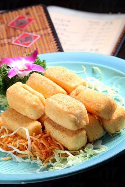 除魚湯外,店內亦製多款可口小菜,如椒鹽奇脆豆腐及蜜糖欖菜骨等。