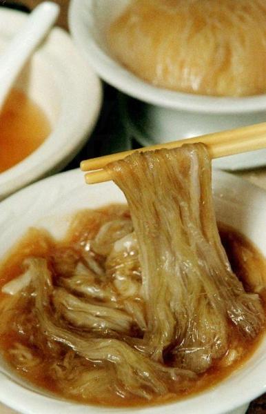 店內著名的魚翅份量十足並且真材實料,食客更可因應自己需要加入特濃金華火腿汁於魚翅中。