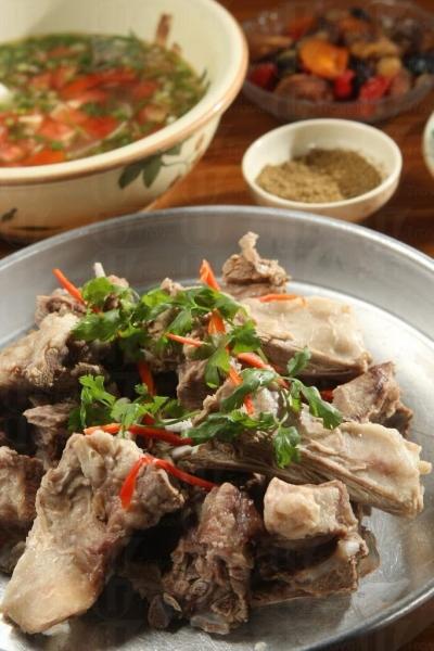 哈薩克手抓肉,食此菜不妨豪氣一點用手拿來吃。